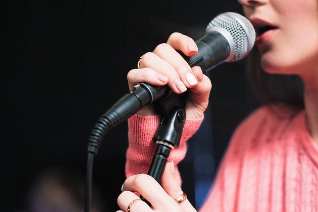歌う女性ボーカル